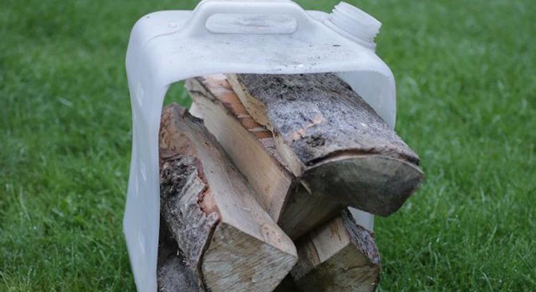 Переноска дров из пластиковой канистры