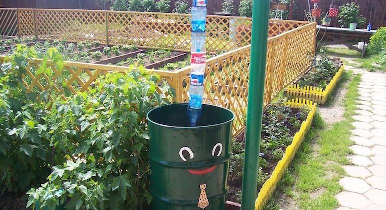 Создание водоотводной трубы для дачного дома из пластиковых бутылок