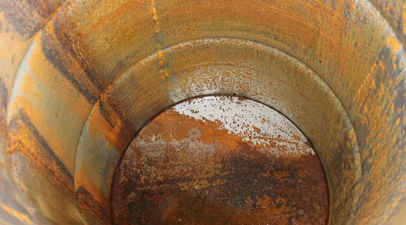 Ржавая бочка для дождевой воды