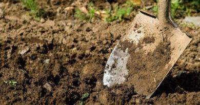 На лопату налипает земля