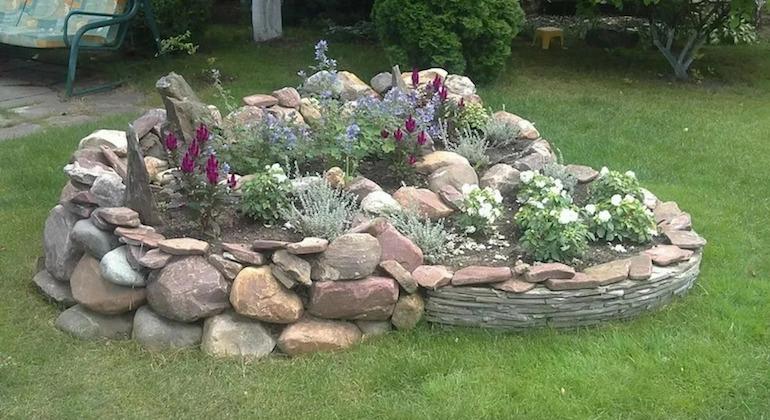 Заборчик для клумбы из натуральных камней
